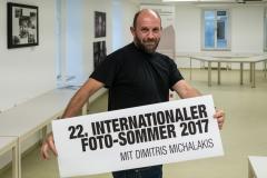 Workshopleiter Dimitris Michalakis eröffnet die Werksausstellung. Foto: Jürgen Sturany