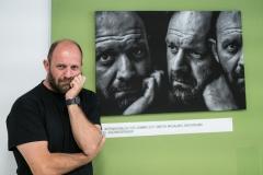 Dimitris Michalakis vor seinem Porträt des Salzburger Fotografen Joachim Bergauer. Foto: Jürgen Sturnay